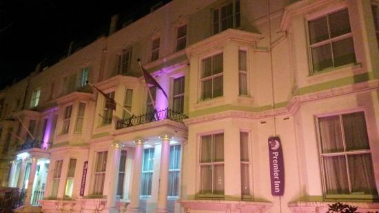 Premier Inn London Kensington (Olympia) Hotel: Entrance of the hotel by night