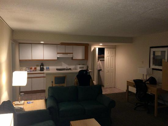Red Roof Inn & Suites DeKalb: Kitchen / Dining