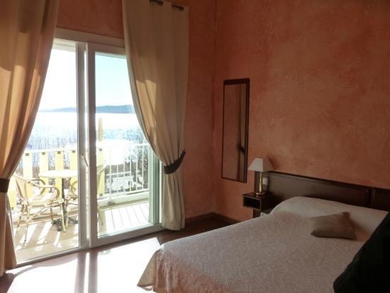Hôtel Le Beau Séjour : chambre spacieuse