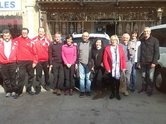 El Fogon : Foto de grupo en la Fachada del restaurante