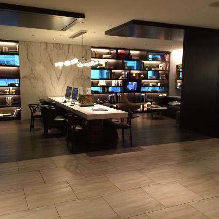 Hyatt Centric Chicago Magnificent Mile: Business center area