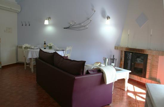 0f10a2a64efd4 Casas Paraísos- salón con chimenea  fotografía de Casas Rurales Los ...