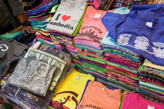 Siem Reap, Cambodia: เสื้อยืดที่ระลึกพิมพ์ลายราคาประมาณ 2 $ แล้วแต่ว่าจะต่อรองได้เท่าไหร่