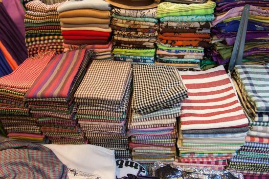 Siem Reap, Cambodia: ผ้ากรอมมา สินค้าที่ระลึกอีกอย่างที่น่าซื้อกลับไป