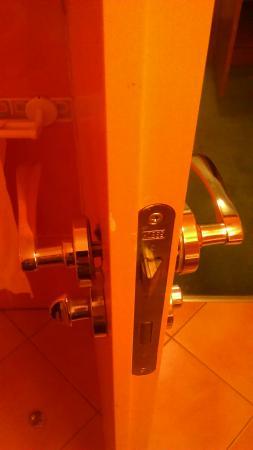 Hotel Dvorak Ceske Budejovice: door handle coming off