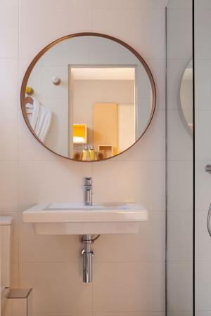 salle de bain picture of chouette hotel paris tripadvisor. Black Bedroom Furniture Sets. Home Design Ideas