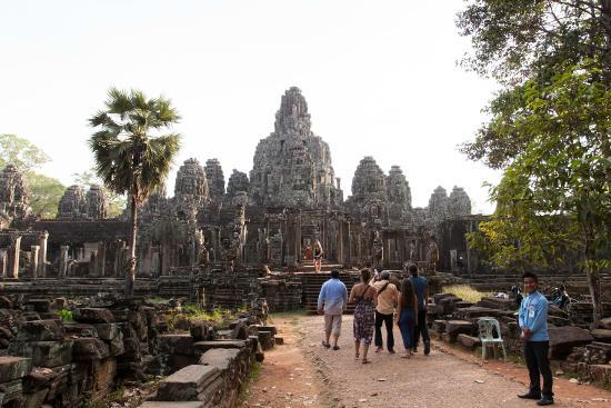 Siem Reap, Cambodia: พนักงานตรวจตั๋วอัธยาศัยดี ร้องทักทายพวกเราทันทีที่เดินเข้ามาถึง พร้อมกับตั้งท่าให้ถ่ายรูป