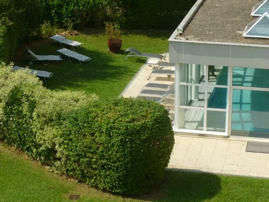 Novotel Senart Golf Greenparc: Vista de la piscina desde la terraza de la habitación