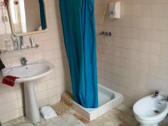Residencia Nova Avenida: Badezimmer mit Dusche