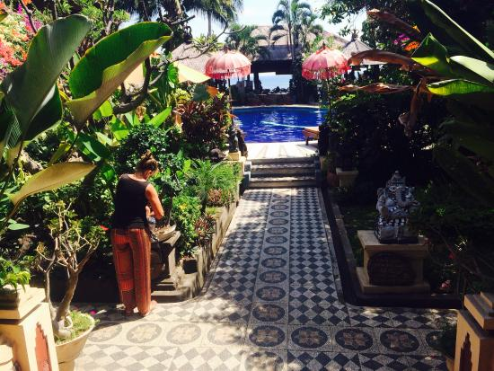 Adirama Beach Hotel: dari resepsionis menuju kamar melewati kolam renang