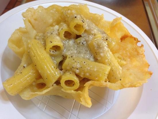 Specialità catering! RIGATONI CACIO E PEPE SERVITA SU PIATTO DI PARMIGIANO CROCCANTE... TOP!!