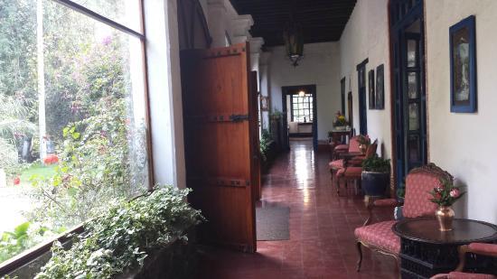Hacienda Pinsaqui: Front hallway