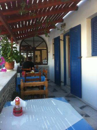 Gardenia Hotel: lilla frukostmatsalen! man kunde sitta både ute och inne!