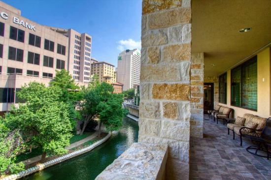 Embassy Suites by Hilton San Antonio Riverwalk-Downtown: Terrace view of Riverwalk