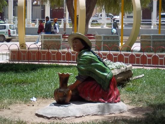 Villazon, Bolivia: Estatuas en la Plaza Libertad