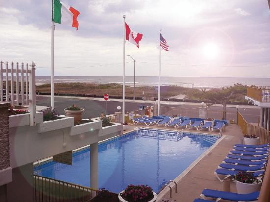 Roman Holiday Motel: Pool and Oceanview