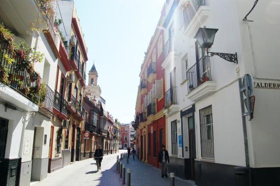 San Marcos Apartamentos: fachada y calle