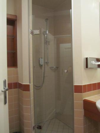 Strandhotel Ostseeblick: ebenerdige Dusche im Apartment Ambiente