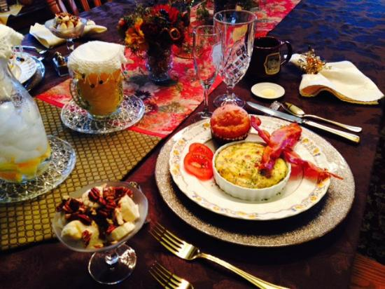 Country Victorian Bed and Breakfast: Such an elegant breakfast!