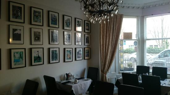 Fraoch House: Lovely dining room with pictures of Edinburgh Festival
