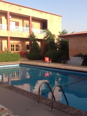 Tambacounda, Senegal: Pool and restaurant view