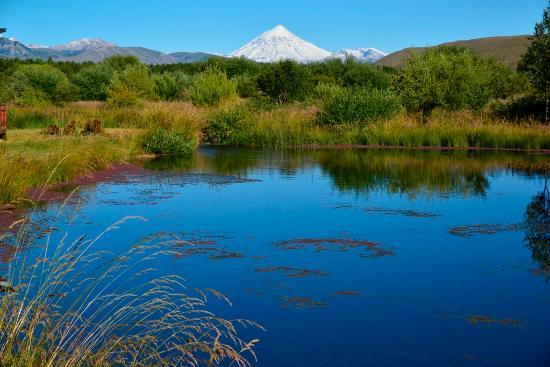 Spring Creek Lodge: Morgenstimmung, Blick unterhalb des Esszimmers zum Vulkan Lanin
