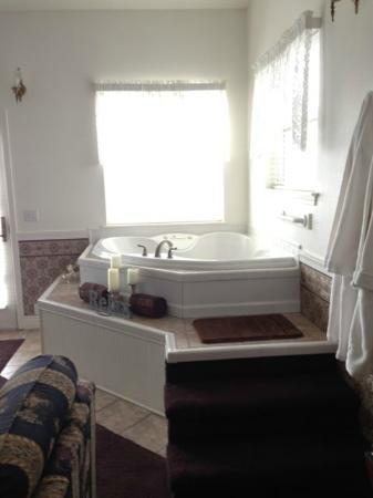 โอเชียนชอส์, วอชิงตัน: Corner Jetted Tub for two in front corner with view! (also has full size bathroom down the hall)