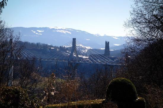 Auberge aux 4 Vents: Et la vue sur le pont de la Poya et la cathédrale.