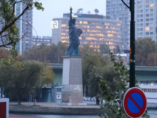 Paris, France: ponte ao fundo