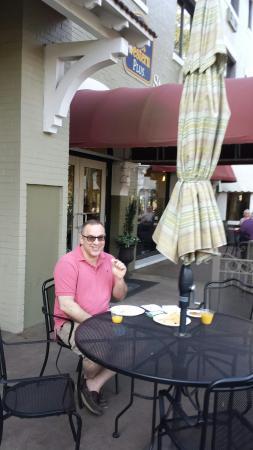 Best Western Plus St. Charles Inn: Breakfast on the patio.
