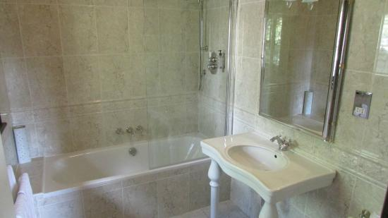 Tudor Grange: Ensuite bathroom