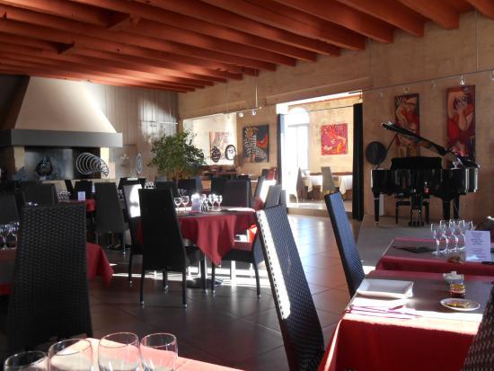 Le Moulin Des Artistes: Vue salle de restaurant, avec scene et piano, tableaux.....