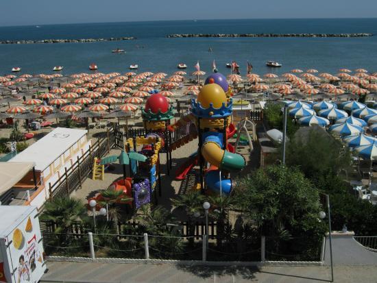Hotel Francesca : Spiaggia con spazio gioco