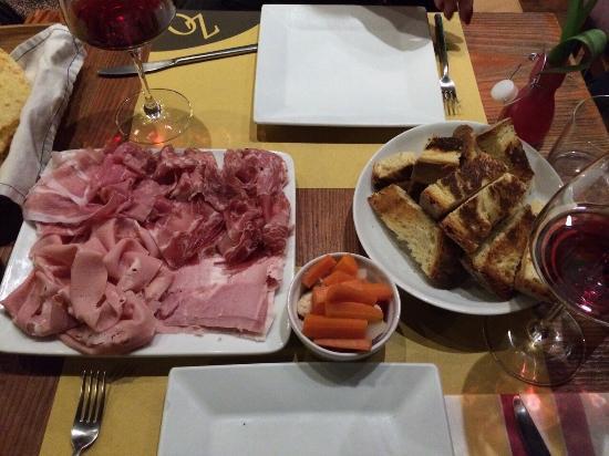 Enoteca Zona d'Ombra : Tagliere di salumi con pane di Matera e verdurine in agrodolce:semplicemente DIVINO!