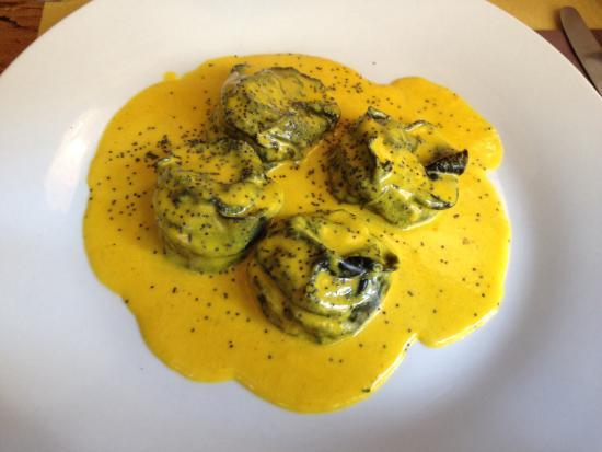 Osteria Alla Staffa: Ravioli al nero di seppia, ripieni di branzino e ricotta, con salsa allo zafferano