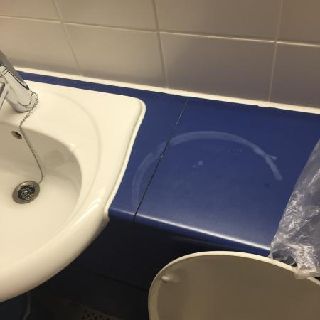 Travelodge Kingston upon Thames: So the bathroom was filthy