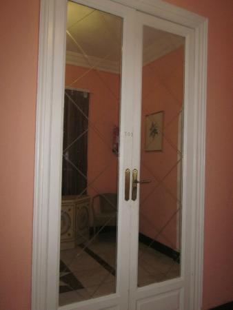 Hostal Pereda Hs: Puerta de la habitación, regia no corresponde con el interior que es sencillisimo.