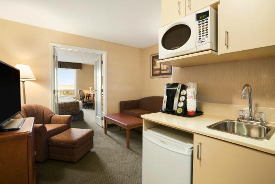 Clairmont, Canada: King Suite Living Room