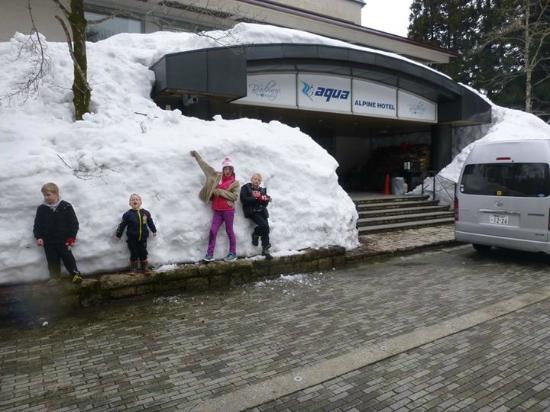 Aqua Alpine Hakuba: Front entrance incredible snow