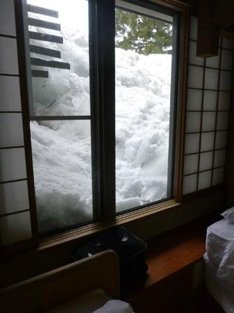 Aqua Alpine Hakuba: View of large snow piles makes great atmosphere in room