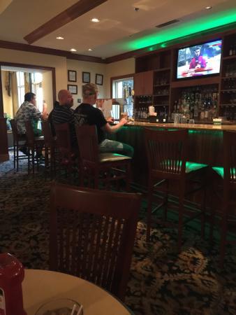 Azalea's Restaurant and Lounge: Bar area