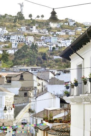 La Posada Colonial : A una cuadra del hostel vista del Panecillo y la calle La Ronda