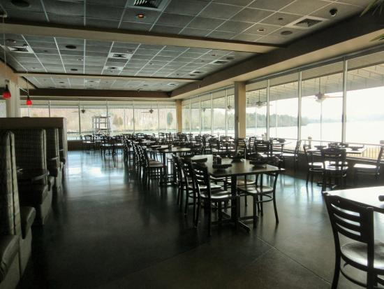 Riverside Grille: Main seating area