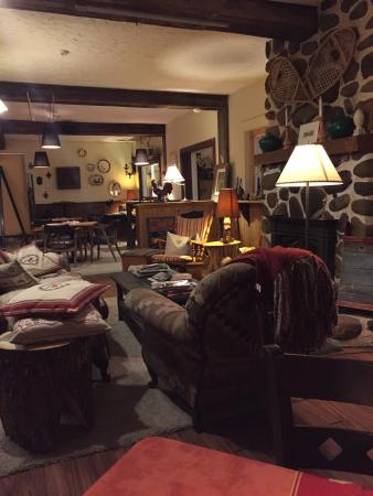 Auberge des Appalaches: The lobby and the public living room