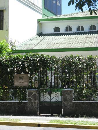 Hostel Casa Del Parque: View of Entrance to property from Parque Nacional