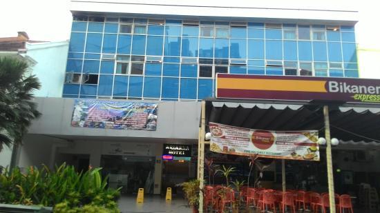 Arianna Hotel: depan hotel ketutupan tempat makan