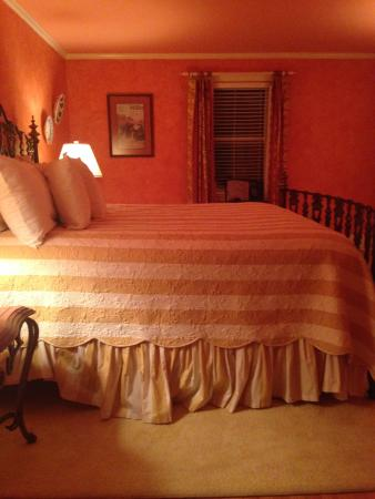 L'Auberge Provencale Bed and Breakfast: Comfy bed