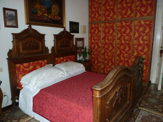 Domus Valeria Bed & Breakfast: our 'red room'