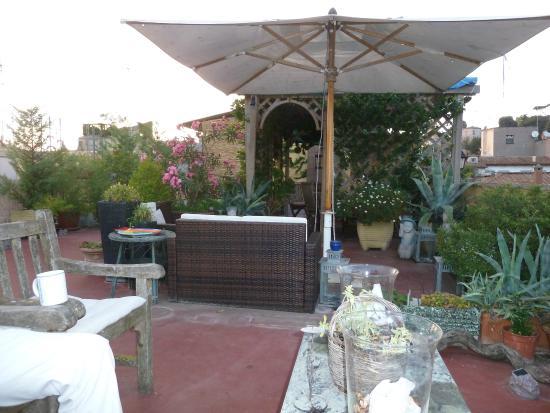 Domus Valeria Bed & Breakfast: Rooftop terrace - breakfast and sitting area