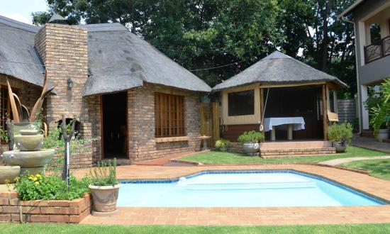 Aandbloem Guest House: Swimming pool area